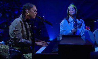 Alicia e Billie cantando juntinhas