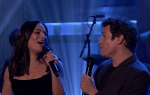 "Lea Michele e Jonathan Groff cantam ""I'll Be Home For Christmas"" na TV <3"