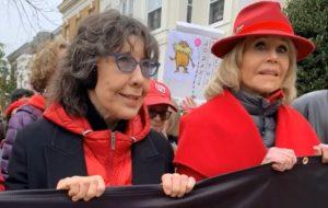 Lily Tomlin é presa em manifestação contra mudanças climáticas liderada por Jane Fonda