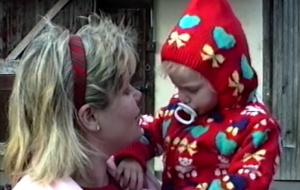 """Com imagens de sua infância, Taylor Swift lança clipe fofo para """"Christmas Tree Farm"""""""
