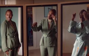 """Issa Rae canta e dança em frente ao espelho no teaser da 4ª temporada de """"Insecure"""""""