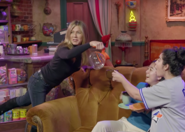 "Jennifer Aniston assusta e se diverte com fãs no set de ""Friends"""