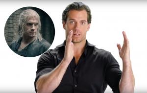 """Henry Cavill analisa cena de luta da série """"The Witcher"""" em vídeo"""