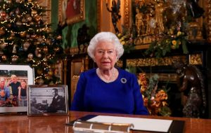 """Rainha Elizabeth II diz que """"ainda avalia"""" renúncia de Príncipe Harry e Meghan Markle"""
