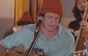 """Rubel canta versões acústicas de """"Sapato"""", """"Cachorro"""" e mais em vídeo inspirado no Tiny Desk"""