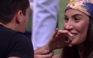 """BBB 20: internet acusa Petrix de ter """"sarrado"""" em Bianca durante comemoração"""