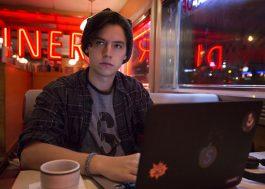 """Cole Sprouse vai estrelar podcast escrito pela roteirista de """"A Maldição da Residência Hill"""""""