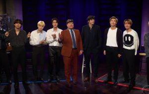 BTS brinca de esconde-esconde com Ashton Kutcher e James Corden em programa de TV