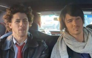 """Jonas Brothers recriam cena de """"Camp Rock"""" em novo vídeo do Tik Tok"""