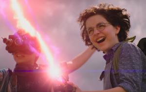"""Mckenna Grace usa arma de prótons nas novas fotos de """"Ghostbusters: Mais Além"""""""