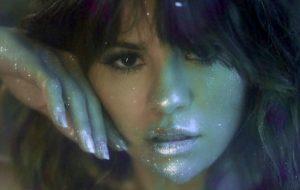 "Selena Gomez explora floresta encantada no clipe psicodélico de ""Rare"""
