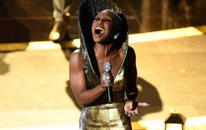 """Oscar 2020: Cynthia Erivo emociona plateia com live de """"Stand Up"""", faixa tema de """"Harriet"""""""