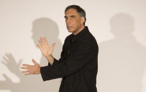 Entrevista: Arnaldo Antunes canta sobre amor, morte e balbúrdias reais em seu novo disco