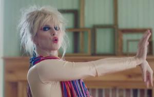 """Hayley Williams dança em uma casa estranha no clipe de """"Cinnamon"""""""