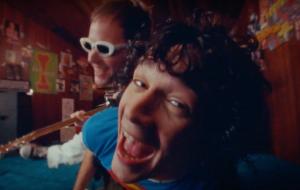 """The 1975 faz uma festa animadíssima no clipe de """"Me & You Together Song"""""""