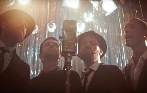 """Coldplay lança clipe cheio de dança e romance para """"Cry Cry Cry"""""""