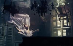 """Harry Styles aparece debaixo d'água no novo teaser de """"Falling"""""""