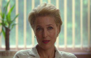 "Fotos do set de ""The Crown"" mostram Gillian Anderson caracterizada como Margaret Thatcher"
