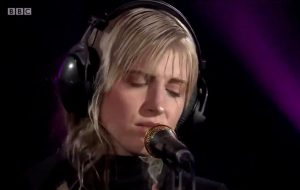 "Hayley Williams canta ""Simmer"" e ""Don't Start Now"", da Dua Lipa, no Live Lounge"