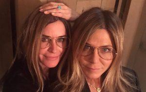 Courteney Cox posta foto vestida de Jennifer Aniston em homenagem ao aniversário da amiga