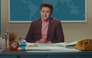 "Niall Horan vira apresentador de jornal para revelar a tracklist do álbum ""Heartbreak Weather"""