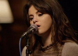 """Selena Gomez canta versão acústica de """"Rare"""" em vídeo gravado em Los Angeles"""