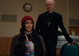"""Alanis Morissette confronta suas múltiplas identidades no clipe de """"Reasons I Drink"""""""