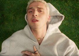 """Lauv se sente solitário no clipe de """"Modern Loneliness""""; assista"""
