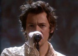 """BRIT Awards 2020: Harry Styles faz apresentação sensível e intimista de """"Falling"""""""