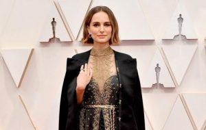 Natalie Portman usa look com nomes de diretoras boicotadas no red carpet do Oscar 2020