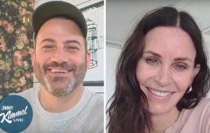 """Courteney Cox conta ao Jimmy Kimmel que está maratonando """"Friends"""" na quarentena"""