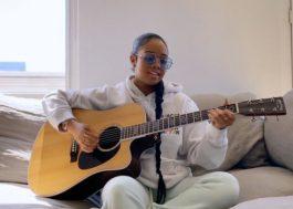 """H.E.R. canta a inédita """"Keep Holding On"""" durante especial de TV"""