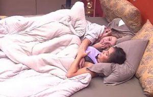 BBB20: Marcela e Gizelly dividem edredom após eliminação de Daniel