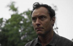 """Jude Law fica preso a uma conspiração bizarra no teaser de """"The Third Day"""", minissérie da HBO"""
