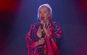"""Christina Aguilera arrasa nos vocais ao cantar """"Loyal Brave True"""" pela 1ª vez na TV"""