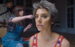 """Carreira de Melanie C é tema de exposição no clipe de """"Who I Am""""; assista!"""