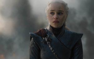 """Emilia Clarke diz ter ficado irritada por Jon Snow ter escapado da morte no final de """"GoT"""""""