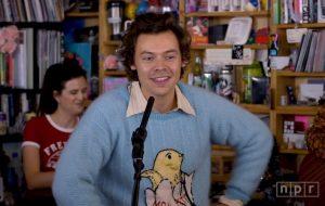 """Harry Styles canta músicas do """"Fine Line"""" em show intimista para a série Tiny Desk; confira!"""