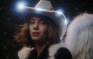 "Maya Hawke, a Robin de ""Stranger Things"", lança clipe sensível de ""By Myself"""