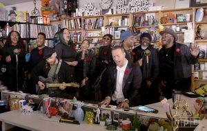 Coldplay apresenta sucessos e faz cover de Prince na série Tiny Desk