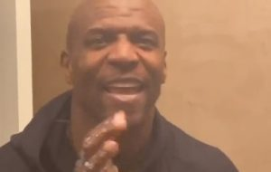 "Para prevenir coronavírus, Terry Crews faz vídeo lavando as mãos ao som de ""I Will Survive"""