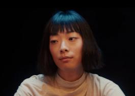 """Rina Sawayama divulga capa do single """"Chosen Family"""", que chega sexta-feira (3)"""