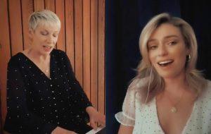 """Annie Lennox se apresenta ao lado da filha no festival """"Together at Home"""""""