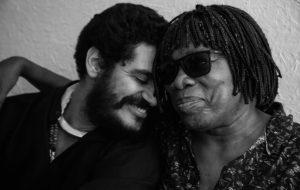 """Criolo e Milton Nascimento projetam em prédios releitura do clipe de """"Não Existe Amor em SP"""""""