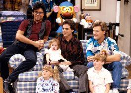 """John Stamos revela que tem o sofá clássico de """"Full House"""" em sua casa"""