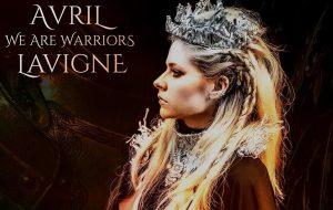 """Avril Lavigne anuncia regravação de """"Warrior"""" para ajudar no combate ao coronavírus"""