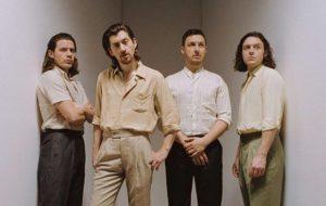Arctic Monkeys fará rifa de jaqueta icônica de Alex Turner pra ajudar no combate ao coronavírus