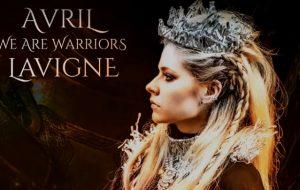 """Avril Lavigne relança """"We Are Warriors"""" para ajudar no combate contra o coronavírus"""