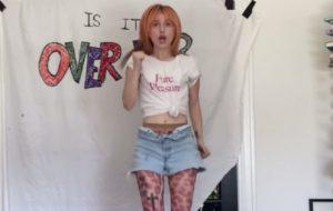 """Hayley Williams se exercita ao som de """"Over Yet"""" em novo vídeo"""