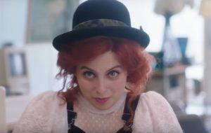 """Beanie Feldstein se torna uma garota descolada no trailer de """"How To Build A Girl"""""""